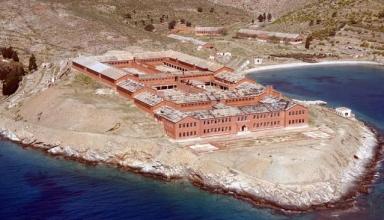 جزیرهای اسرارآمیز و متروکه گیاروس یونان